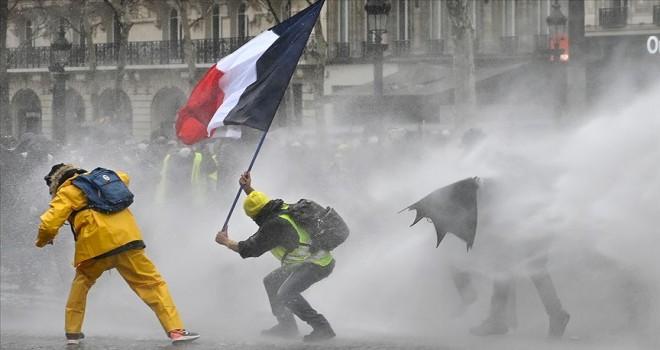 Fransa'da eylemcilere sert ceza öngören yasa tasarısı onaylandı