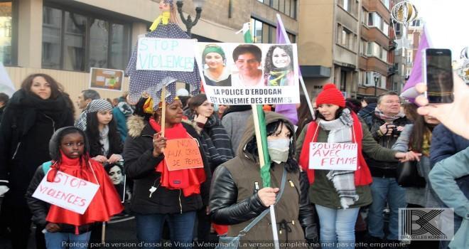 Brüksel'de, '25 Kasım Kadına Yönelik Şiddete Karşı Uluslararası Mücadele Günü'nde, PKK'lılar da yürüdü