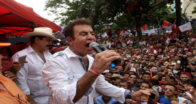 Onbinlerce Honduras'lı yeniden Devlet Başkanının istifasını talep etti
