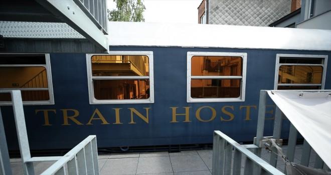 Nostaljik otelde gezginler tren vagonunda uyuyor