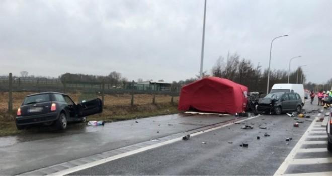 Lendelede'de beş aracın karıştığı ağır trafik kazasında iki ölü, üç yaralı