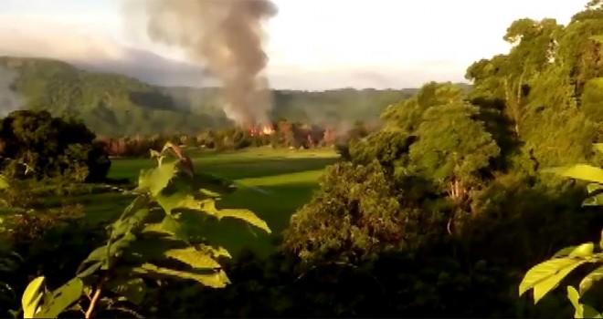 Arakanlı Müslümanlara ait yakılan evler görüntülere yansıdı