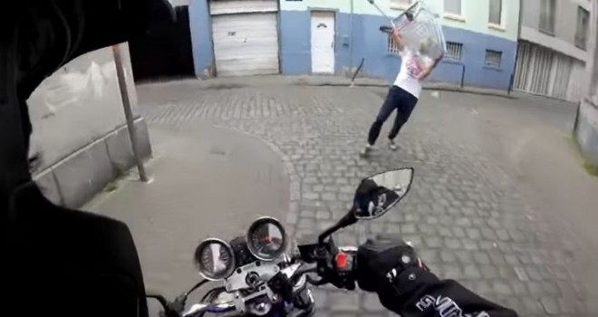 Molenbeek'te trafik saldırganlığı tamamen kontrolden çıktı: motosikletçi alışveriş arabasıyla saldırıya uğradı