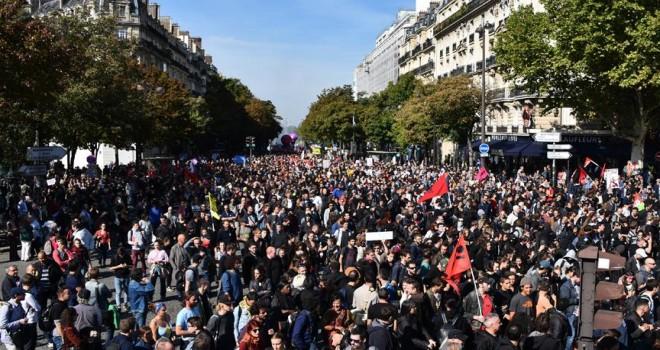Paris'te Çalışma Yasası Reformu protesto edildi