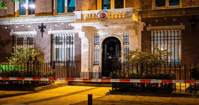 Amsterdam'daki Türk konsolosluğuna yapılan saldırı yangına yol açtı