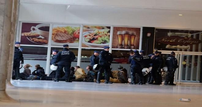 Brüksel polisi, sarı yeleklilerin yeni protesto gösterisine hazırlıklı: 50 kiși göz altına alındı