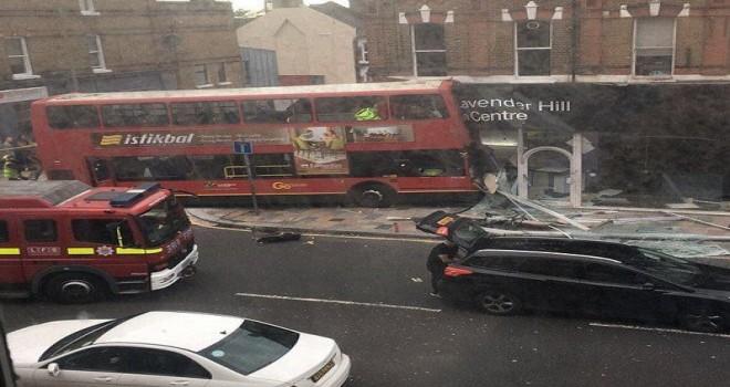 Çift Katlı Otobüs Güney Londra'da Alışveriş Mağazasına Daldı: Yaralılar Var
