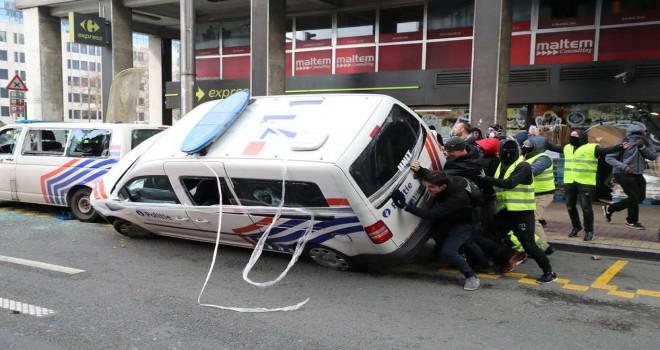 Sarı yelekliler Brüksel'de iki polis aracını ateșe verdiler