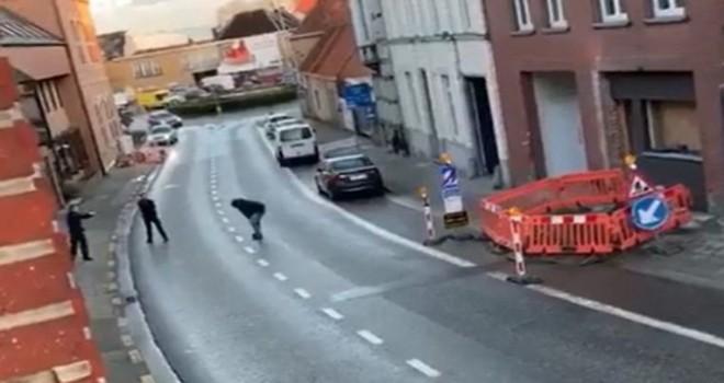 Eli bıçaklı saldırgan adam Kruishoutem'in merkezinde polis kurșunuyla öldürüldü
