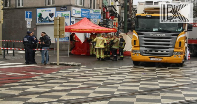 Brüksel Liedts Meydanın'da yaya yolunda giden kadın tırın altında kaldı