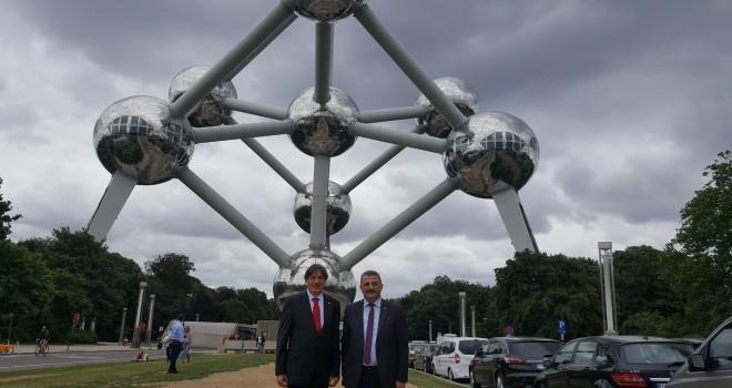 Türkiye Cumhuriyeti Yurtdışı Türkler ve Akraba Topluluklar Başkanlığı (YTB) Başkan Yardımcısı Sayit Yusuf ile Belçika Türk Spor ve Kültür Federasyonu Asbaşkanı Nedim Koçaslan Avrupalı ve Belçikalı Tür