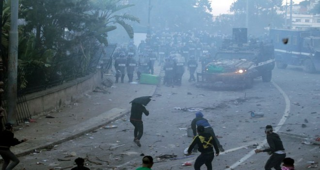 Buteflika karşıtı gösteride 56'sı polis 63 kişi yaralandı