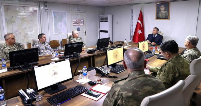 Bakan Akar ve TSK'nın komuta kademesinden sınırın sıfır noktasında kritik toplantı