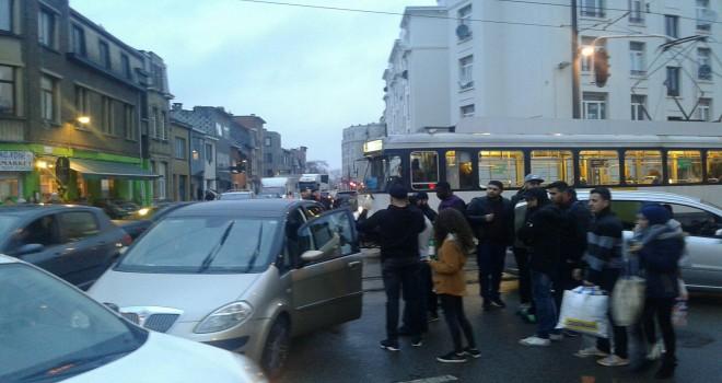 Tram arabaya çarptı